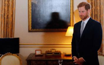 Γιατί ο πρίγκιπας Χάρι φοράει συνέχεια το ίδιο σκούρο μπλε κοστούμι