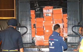 Σακούλες με λεφτά κατασχέθηκαν από το σπίτι του πρώην πρωθυπουργού της Μαλαισίας
