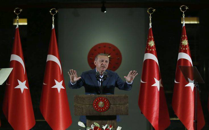 Κατρακυλάει σε νέα ιστορικά χαμηλά η τουρκική λίρα
