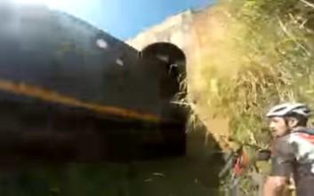 Μπήκαν σε τούνελ με τα ποδήλατα και παραλίγο να τους συνθλίψει το τρένο
