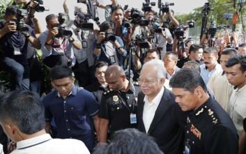 «Θησαυρό» βρήκαν οι αρχές στα σπίτια του πρώην πρωθυπουργού της Μαλαισίας