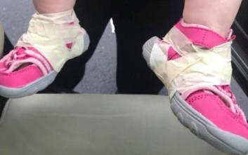 Φροντιστής σε παιδικό σταθμό κόλλησε τα παπούτσια μωρού στα πόδια του με ταινία