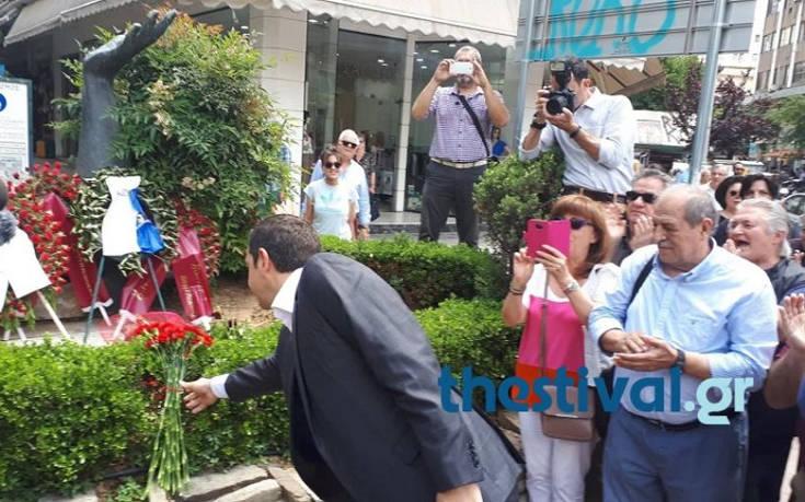 Στο μνημείο του Λαμπράκη με ένα μπουκέτο λουλούδια ο Τσίπρας