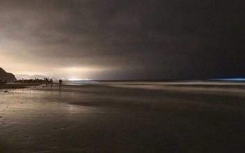 Οι ακτές της νότιας Καλιφόρνιας έγιναν... μπλέ