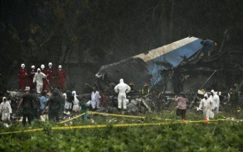 Rescue teams search through the wreckage site of a Boeing 737 that plummeted into a cassava field with more than 100 passengers on board, in Havana, Cuba, Friday, May 18, 2018. The Cuban airliner crashed just after takeoff from Havana's international airport in Havana, Cuba.  (AP Photo/Ramon Espinosa)