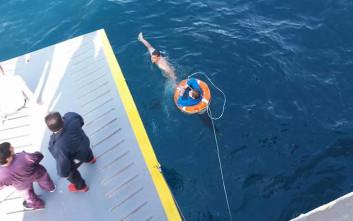 Δείτε τη διάσωση της γυναίκας που έπεσε στη θάλασσα ανοιχτά του Πειραιά