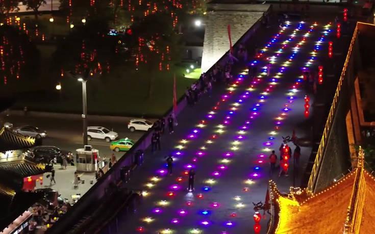 Φώτισαν τον νυχτερινό ουρανό 1.374 drones