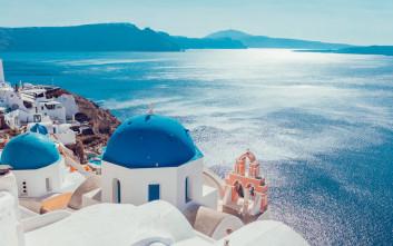 Νησιώτικα εκκλησάκια, λευκές πινελιές σε μπλε φόντο
