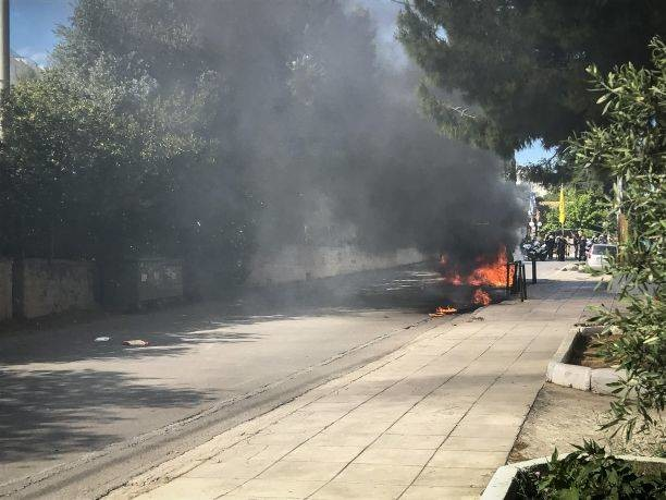 Οπαδοί της ΑΕΚ επιτέθηκαν σε οπαδούς του ΠΑΟΚ και έκαψαν το όχημά τους