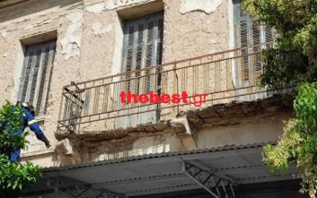 Αναστάτωση στην Πάτρα, ξεκόλλησε μπαλκόνι στο κέντρο της πόλης