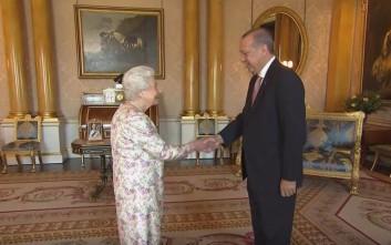 Η αμηχανία του Ερντογάν με τη βασίλισσα Ελισάβετ και τα αδύναμα αγγλικά του Τούρκου προέδρου