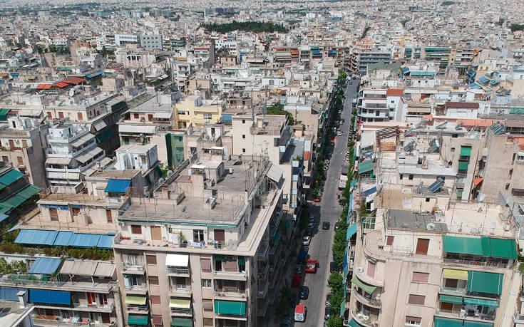 Bloomberg: Ανάστατοι οι Έλληνες, οι τράπεζες παίρνουν σπίτια