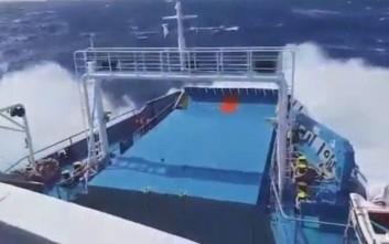 Το πλοίο για τη Γαύδο «παλεύει» με τα κύματα
