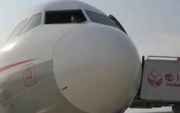 Έσπασε το τζάμι του αεροπλάνου και «ρούφηξε» τον συγκυβερνήτη