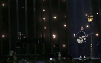 Η λογοκρισία σε γκέι ζευγάρι και τατουάζ έφερε την απαγόρευση από τη Eurovision