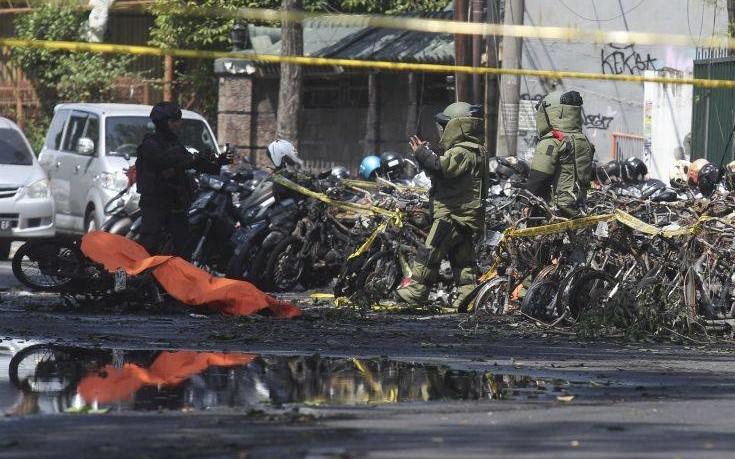Έξι νεκροί από βομβιστικές επιθέσεις σε τρεις εκκλησίες στην Ινδονησία