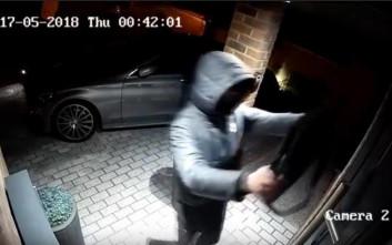 """Έκλεψαν ολοκαίνουρια Mercedes μέσα σε μόλις 20""""!"""
