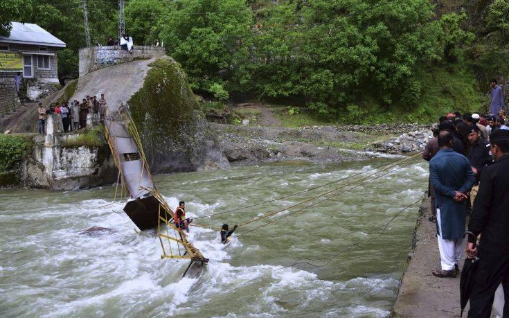 Φοιτητές χάθηκαν στα νερά μετά την κατάρρευση γέφυρας στο Κασμίρ
