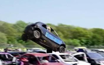 Πηδώντας με το αυτοκίνητο πάνω από άλλα αυτοκίνητα