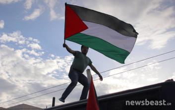 Διαδηλωτές ανέβηκαν σε κλούβες έξω από την πρεσβεία των ΗΠΑ