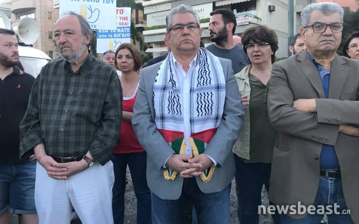 Με παλαιστινιακό μαντήλι ο Κουτσούμπας στη συγκέντρωση στην ισραηλινή πρεσβεία