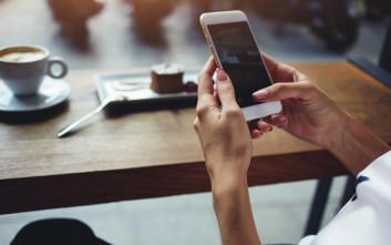 Να τι έγραψε ένας μαθητής για τον εθισμό της μαμάς του στο… κινητό
