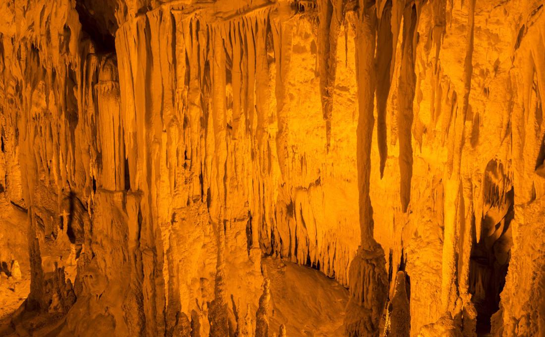 Συναρπαστική ξενάγηση στο σπήλαιο Περάματος
