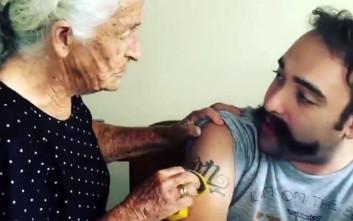Μητέρα προσπαθεί να σβήσει με το σφουγγάρι το τατουάζ του γιου της