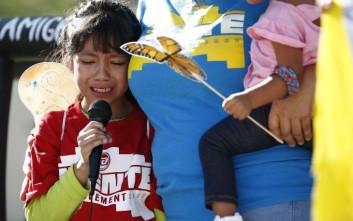 Αυξάνεται η οργή μετά το βίντεο με τα παιδιά των μεταναστών που χωρίστηκαν από τους γονείς