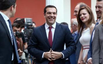 Με κόκκινη γραβάτα ο Αλέξης Τσίπρας μετά τη συμφωνία για το χρέος