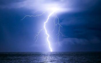 Καταρρακτώδης βροχή και συνεχείς πτώσεις κεραυνών στο Βόλο