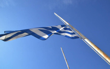 Μεσίστια η ελληνική σημαία στο Άργος για τη συμφωνία για το Σκοπιανό