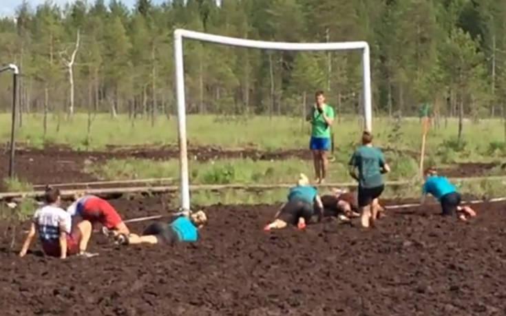 Γυναικείος αγώνας ποδοσφαίρου μέσα σε βάλτο