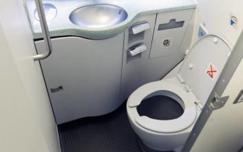 Ξεχείλισαν οι τουαλέτες αεροπλάνου και είπαν στους επιβάτες να κάνουν την ανάγκη τους σε σακούλες και μπουκάλια