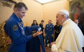 Αστροναύτες χάρισαν στον πάπα τη δική του... διαστημική στολή