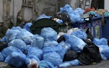 Συνθήκες ασφυξίας στην Αθήνα από τα βουνά με τα σκουπίδια