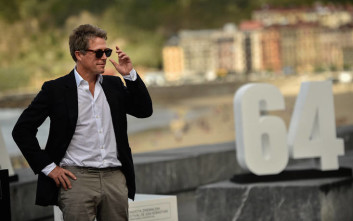 Ο Χιου Γκραντ σε ερμηνεία ζωής στην τηλεοπτική σειρά «A Very English Scandal»
