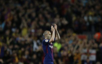 Barcelona's Andres Iniesta applauds the fans after being substituted during a Spanish La Liga soccer match between Barcelona and Real Madrid, dubbed 'el clasico', at the Camp Nou stadium in Barcelona, Spain, Sunday, May 6, 2018. (AP Photo/Manu Fernandez)