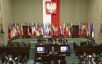 Η πολωνική κυβέρνηση αλλάζει τον αμφιλεγόμενο νόμο για το Ολοκαύτωμα