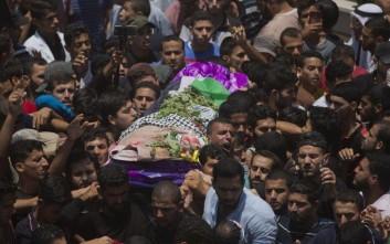 Χιλιάδες άνθρωποι παρέστησαν στην κηδεία της νεαρής νοσηλεύτριας που δολοφονήθηκε στη Γάζα