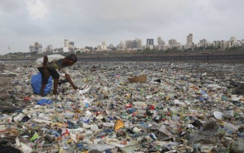 «Τα προϊόντα μιας χούφτας πολυεθνικών ρυπαίνουν τον πλανήτη»