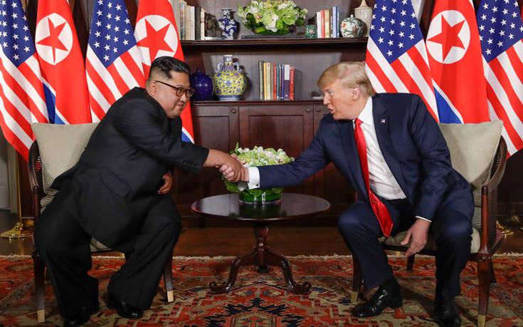 Ο Τραμπ συνεχίζει να πλέκει το εγκώμιο του Κιμ Γιονγκ Ουν