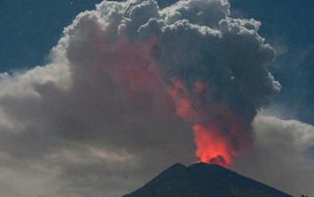Εκατοντάδες πτήσεις ακυρώθηκαν εξαιτίας σύννεφου ηφαιστειακής τέφρας στο Μπαλί