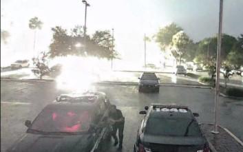 Η τρομακτική στιγμή που κεραυνός πέφτει πίσω από αστυνομικό