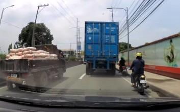 Ρόδα φορτηγού πατά το κεφάλι μοτοσικλετιστή και το αποτέλεσμα είναι ασύλληπτο
