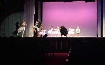 Η συγκινητική κίνηση ενός μπαμπά για να ξεμπλοκάρει τη μικρή του κόρη πάνω στη σκηνή