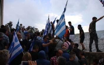 Ένταση έξω από τη Βουλή στο συλλαλητήριο για το Σκοπιανό