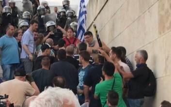 Οι διαδηλωτές παρέδωσαν στα ΜΑΤ νεαρό με πέτρες στην τσάντα του