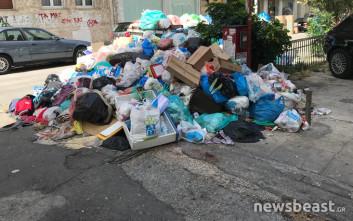 Σωροί σκουπιδιών και σήμερα σε δρόμους της Αθήνας