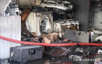 Οι πρώτες εικόνες μέσα από την επιχείρηση ηλεκτρικών ειδών που κάηκε στο Περιστέρι